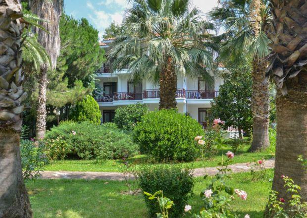 Palmiyeler ve Yeşiller Arasından Otelimiz