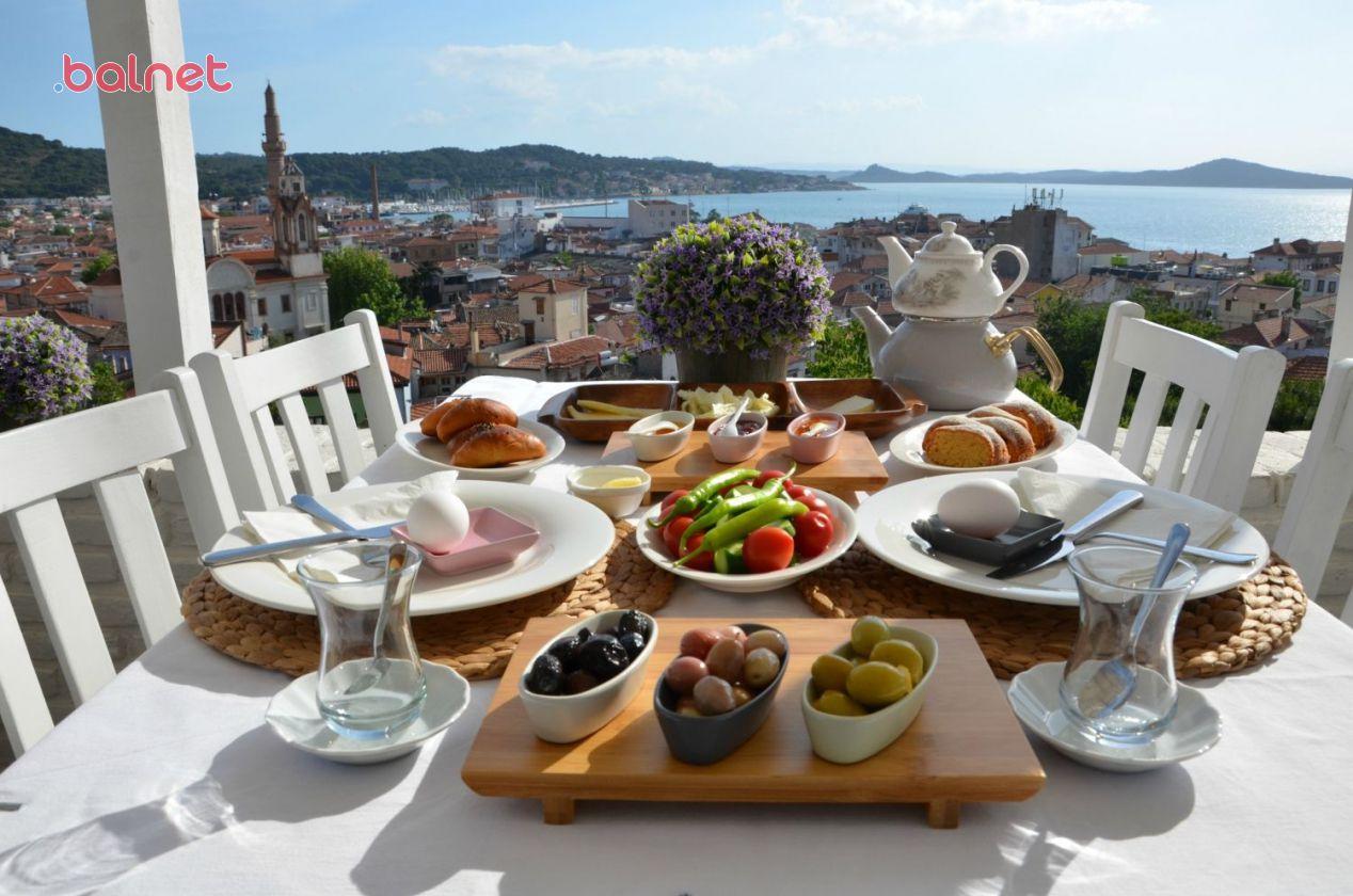 Sabahın Serinliğinde Deniz Manzaralı Kahvaltı