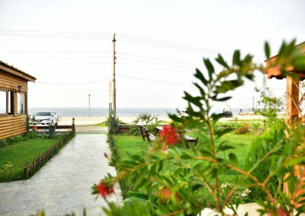 Motel Bahçesi ve Deniz Manzarası