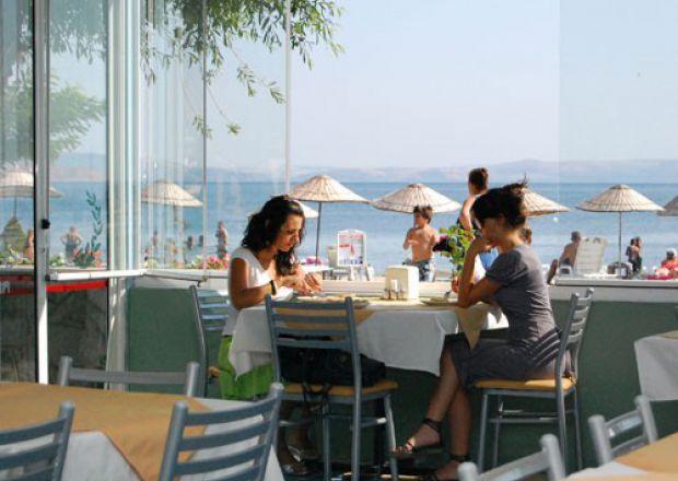 Deniz Manzarasında Yemek