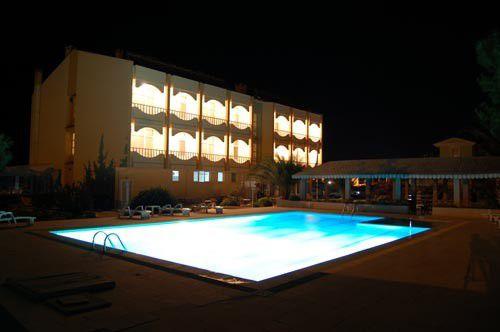 Otelimiz ve Havuz Gece Görünüm